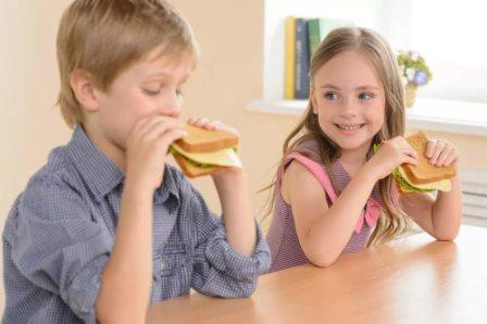Школьник кушает
