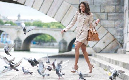 Девушка гоняет голубей